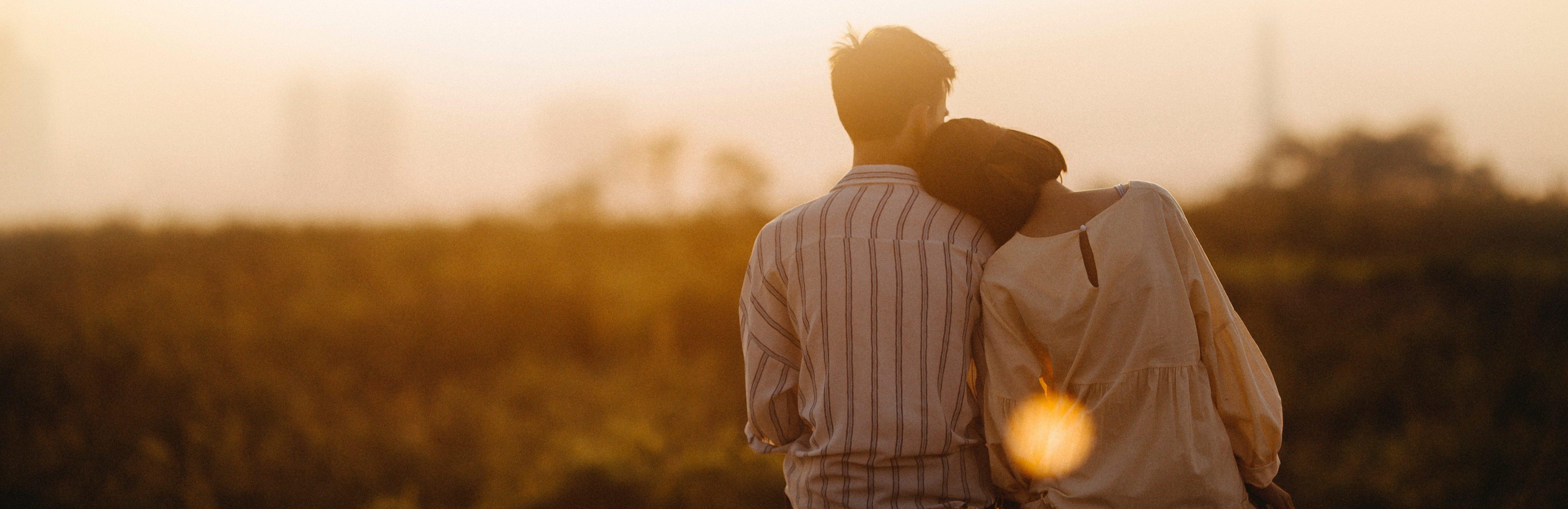 backlit-blur-couple-1415131